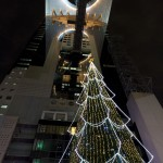 クリスマスツリーとスカイビルを見上げて