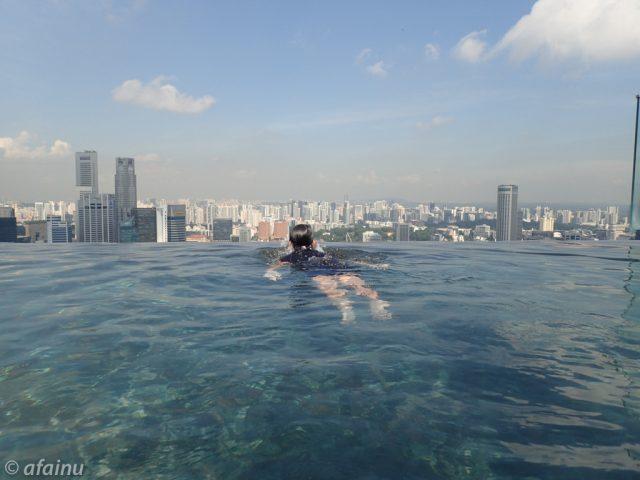 天上プールを泳ぐ